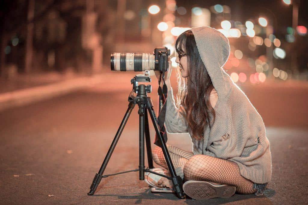 Frau fotografiert bei Nacht Bild für Instagram Stories