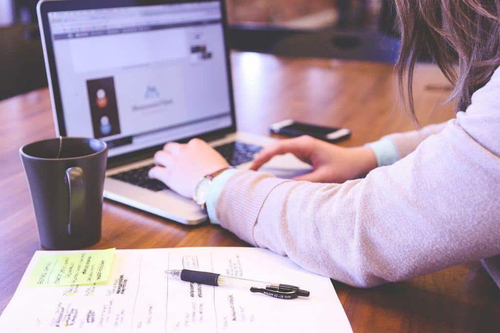 Mensch arbeitet am Macbook an Instagram Kampagne