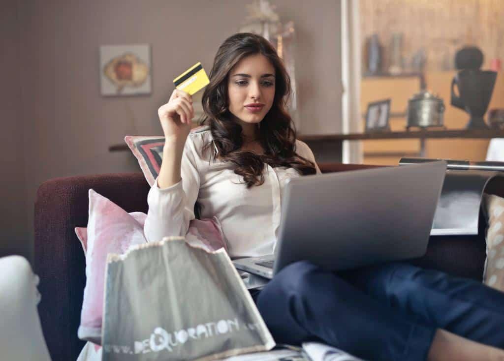 Frau kauft am Computer