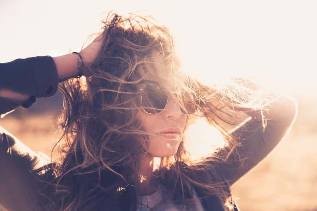 Brünette Frau mit schwarzer Sonnenbrille