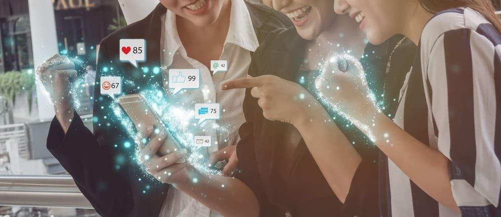 3 Frauen nutzen ihr Smartphone