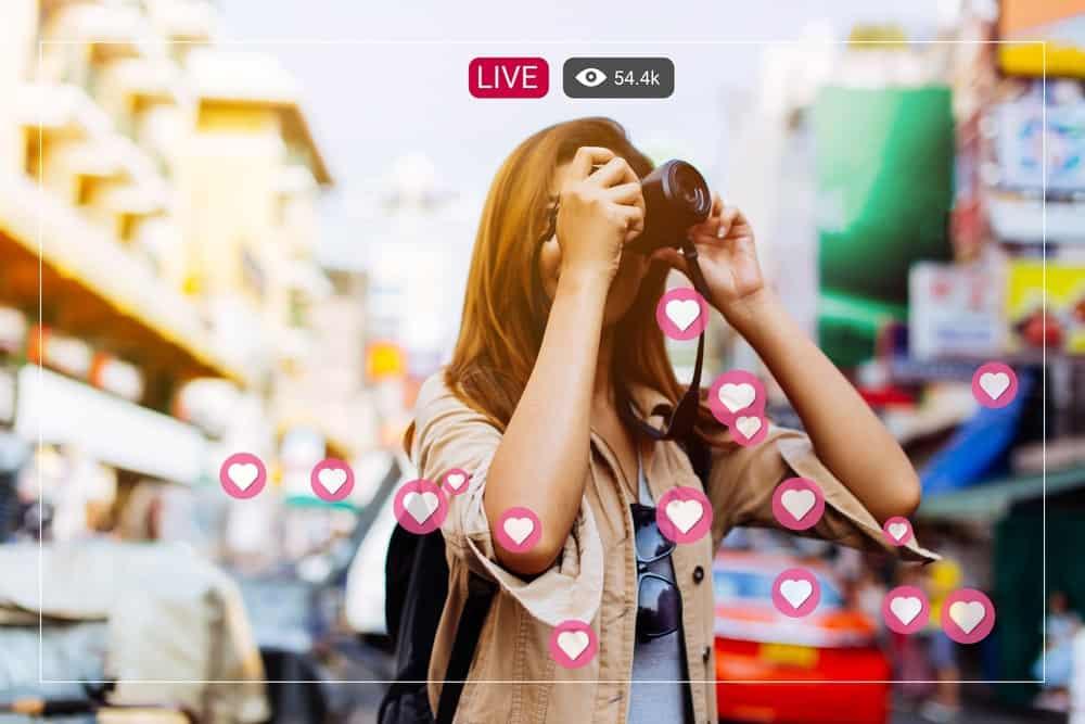 Frau ist live auf Instagram während sie fotografiert
