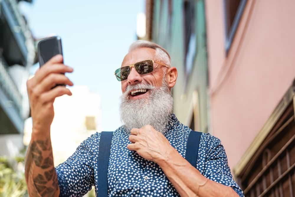 Alter Mann mit Smartphone in der Hand